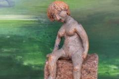 Kvinde på sten 1
